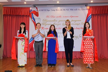 Vietnamese, Russian married couples honoured in Hanoi hinh anh 1