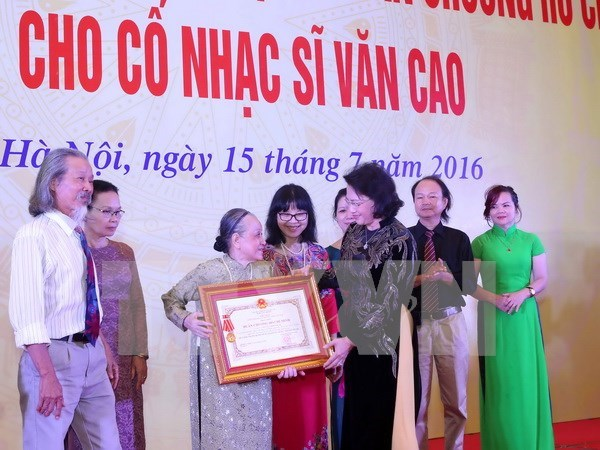 Composer's family presents national anthem to State, people hinh anh 1