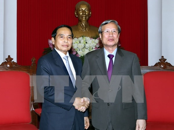 Laos vows to strengthen solidarity with Vietnam hinh anh 1