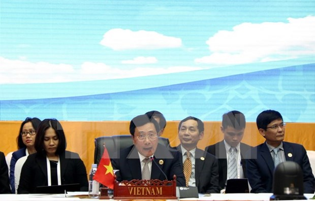 Deputy PM meets foreign ministers on AMM 49 sidelines hinh anh 1
