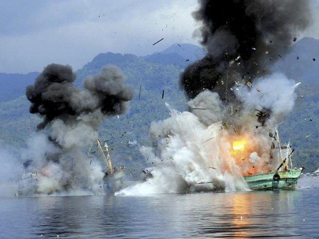 Indonesia sinks illegal fishing foreign vessels hinh anh 1