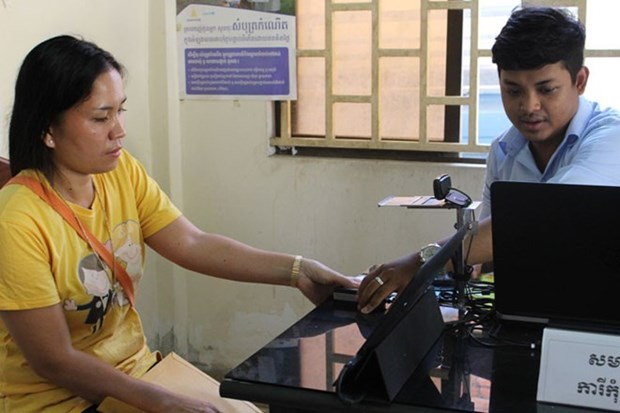 Cambodian citizens now can register to vote by computer hinh anh 1