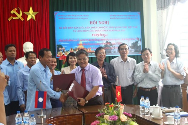 Vietnam, Lao localities boost trade union links hinh anh 1