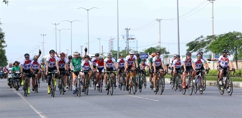 Cyclists race for charity in central region hinh anh 1