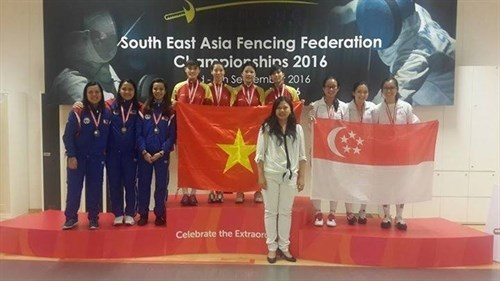 Fencers win gold, silver medals at regional champs hinh anh 1