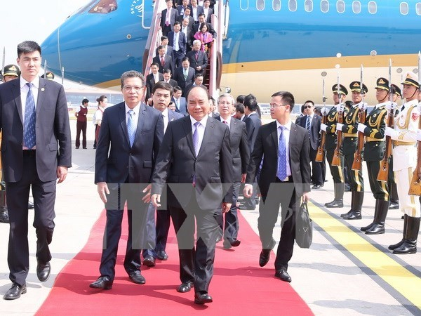 PM arrives in Beijing, beginning official visit to China hinh anh 1