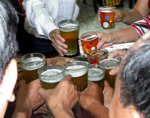 Vietnam makes list of world's top ten alcohol consumers hinh anh 1