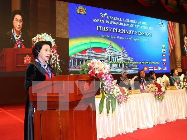 NA Chairwoman meets with Vietnamese in Myanmar hinh anh 1