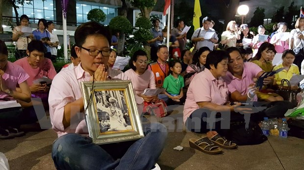 Thai royal family pray for their King hinh anh 1
