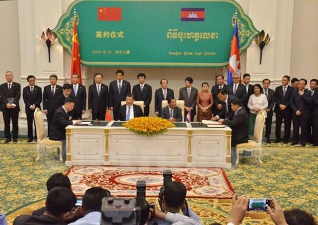 Cambodia, China sign 31 agreements hinh anh 1