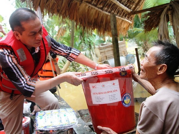 Government agencies support flood victims hinh anh 1