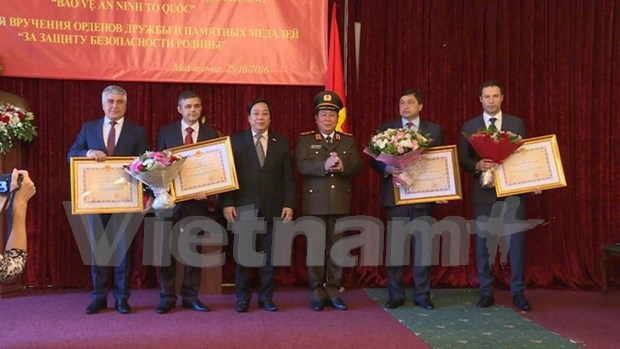 Russian officials honoured with Vietnamese friendship orders hinh anh 1