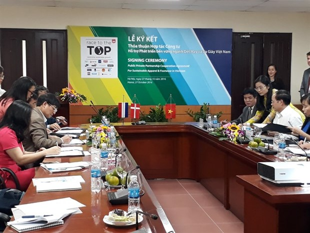 Public-private apparel firms ink deal hinh anh 1