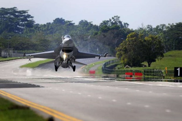 Singapore's air force conducts runway exercise hinh anh 1