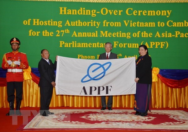 Vietnamese NA hands over APPF chairmanship to Cambodia hinh anh 1