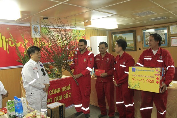 Workers welcome early Tet on oil rigs hinh anh 1