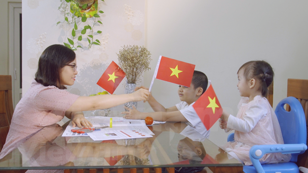 Newspapers print flags to mark reunification hinh anh 1