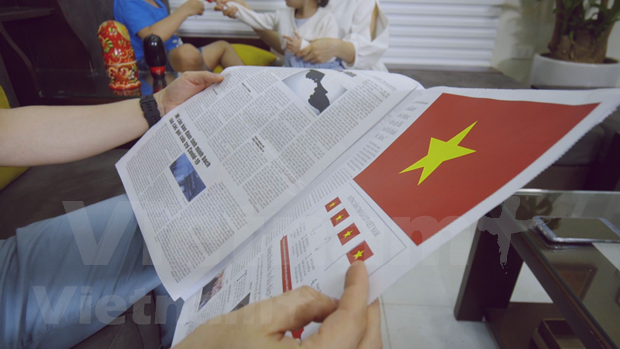 Newspapers print flags to mark reunification hinh anh 2
