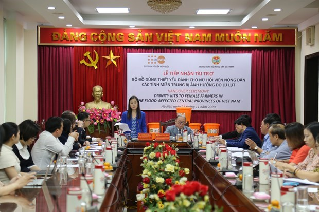 UNFPA presents over 5,700 dignity kits to Vietnamese women hinh anh 2