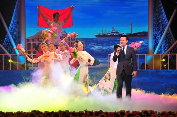 Art programme marks President Ho Chi Minh's 30-year national salvation journey hinh anh 2