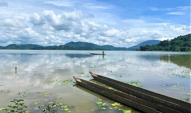 Dreamy lake amid Central Highlands forests hinh anh 1