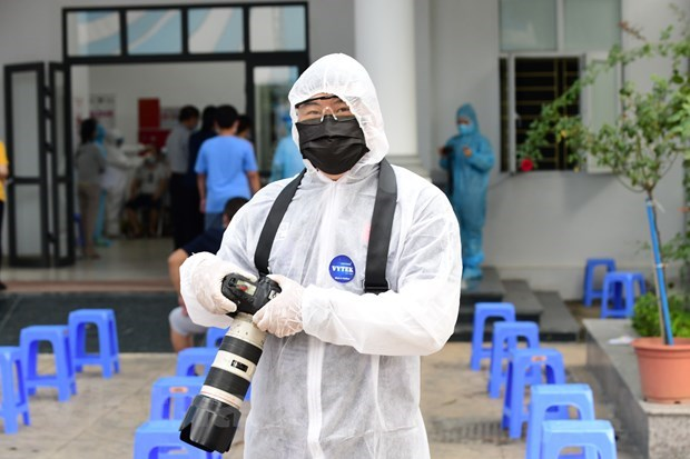 Journalists at frontline of COVID-19 pandemic fight hinh anh 4