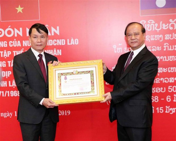 Vietnam News Agency receives Lao noble orders hinh anh 1