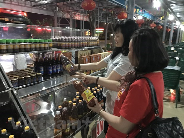 Domestic market helps firms overcome crisis amidst pandemic: Minister hinh anh 2