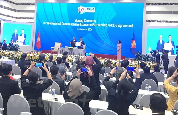 World's mammoth trade pact inked between ASEAN and five partners hinh anh 1