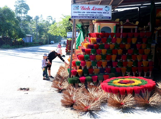 Thuy Xuan incense making village keeps tradition alive hinh anh 1