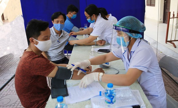 Concerted efforts bring Hanoi closer to herd immunity against COVID-19 hinh anh 1