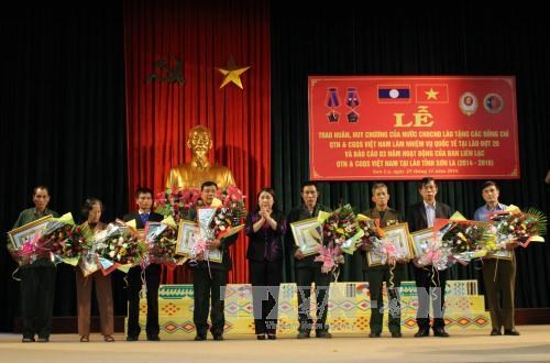 Lao decorations awarded to Vietnamese volunteer soldiers hinh anh 1
