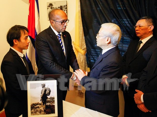 Vietnamese leaders pay homage to Cuban leader Fidel Castro hinh anh 1