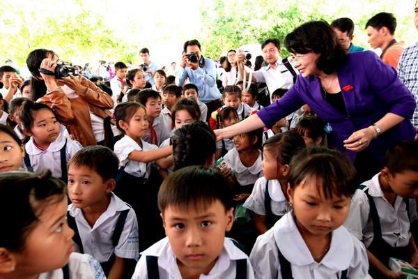 Vinh Long: over 1,400 kids get free milk hinh anh 1