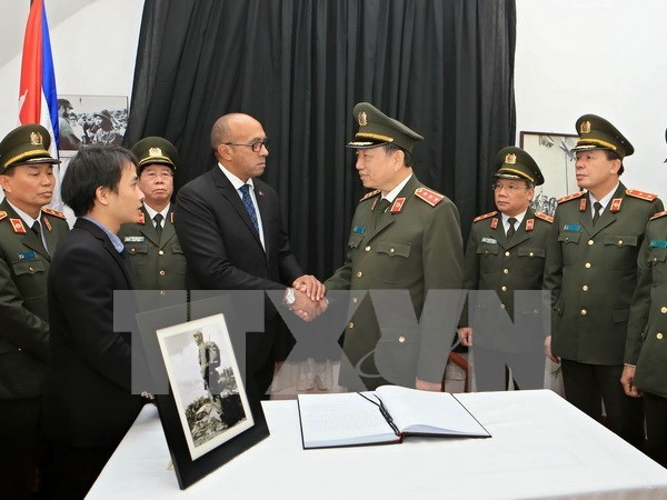 More officials, people pay tribute to Fidel Castro hinh anh 1
