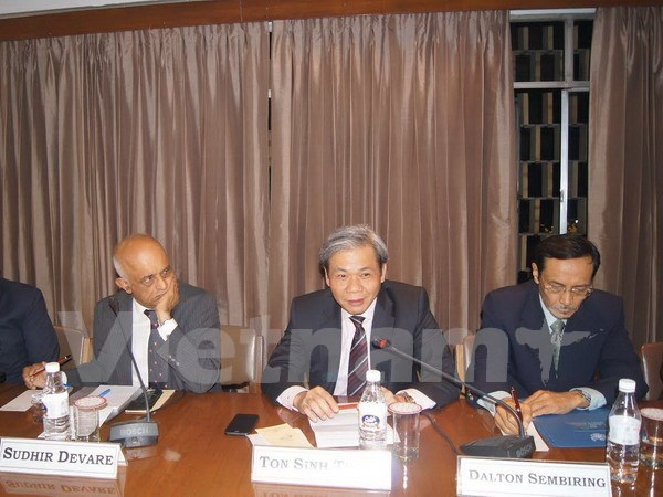 Vietnam respects countries' rights in East Sea: diplomat hinh anh 1