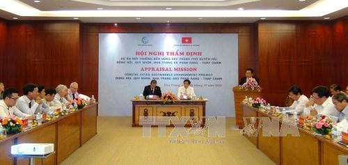 WB, central provinces meet on environmental sanitation project hinh anh 1