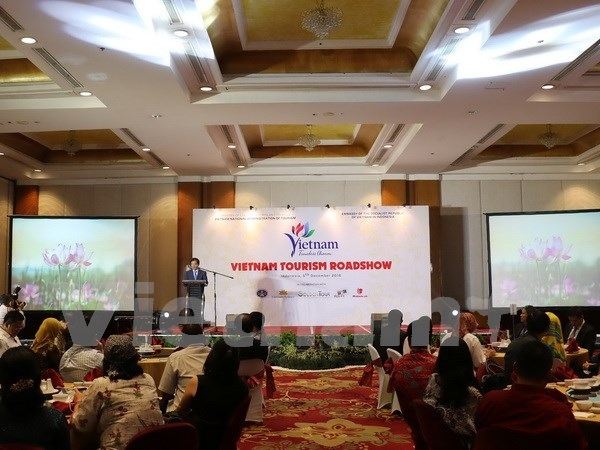 Road show promotes Vietnam's tourism in Indonesia hinh anh 1