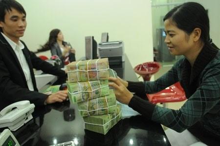 Individual savings at banks surge over 17 percent hinh anh 1