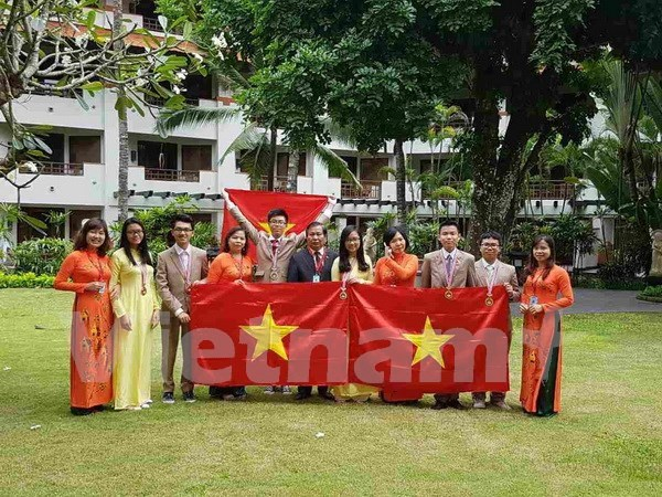 Prizes for all six Vietnamese students at int'l science olympiad hinh anh 1