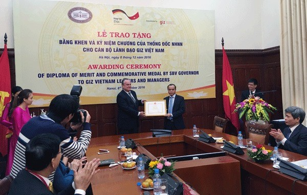 SBV honours GIZ Vietnam leaders and managers hinh anh 1