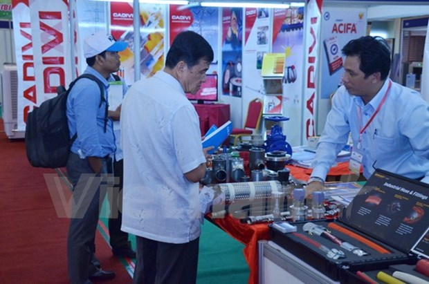 Vietnamese firms showcase goods in Cambodian exhibition hinh anh 1