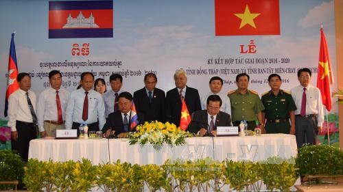 Vietnam, Cambodia localities sign new cooperation agreement hinh anh 1