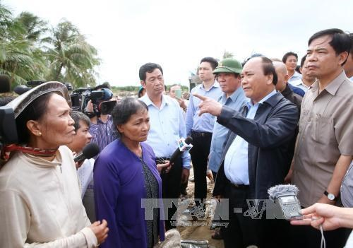 PM visits flood affected residents hinh anh 1