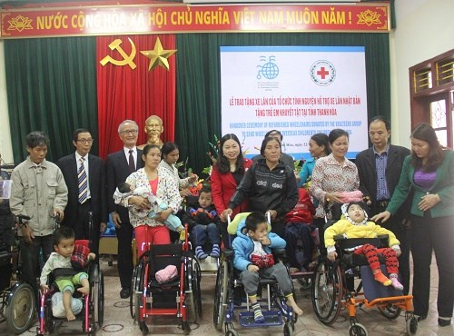 Japan charity presents wheelchairs to Thanh Hoa's disabled children hinh anh 1