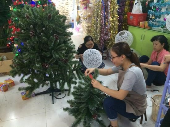 Sellers get creative for lucrative Xmas season hinh anh 1