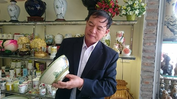 Famous Bat Trang ceramics village seeks new approach hinh anh 1