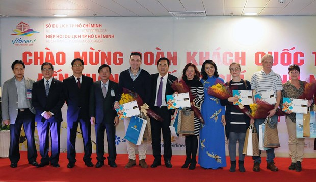 HCM City welcomes first foreign visitors of 2017 hinh anh 1