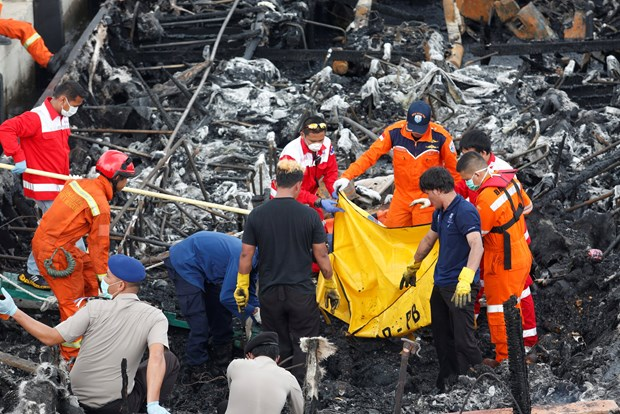 Indonesia: 60 dead, missing as ferry catches fire hinh anh 1