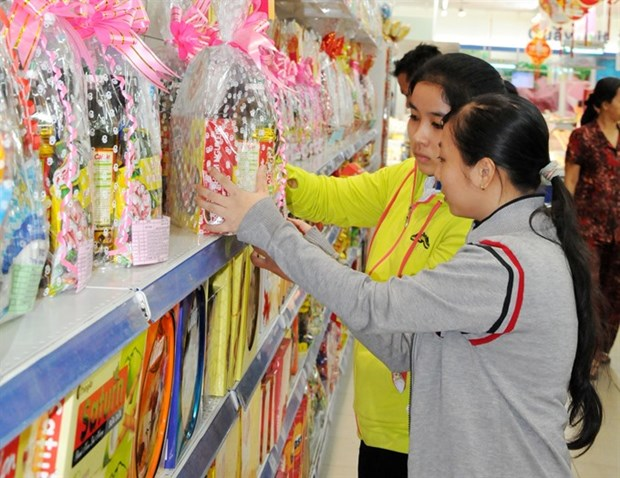Customers line up for Tet gift hampers hinh anh 1